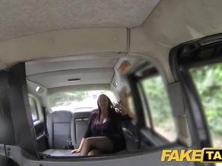Fake taxi sekreterare ser lady med enormt tuttarna och våt