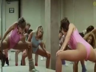 סקסי בנות doing aerobics exercises ב a קינקי דרך