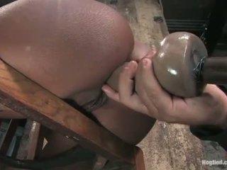 Monique tied à une chaise et gets cul baisée avec gode