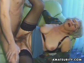 Vieux amateur mature femme sucks et fucks avec foutre