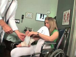 Disabled babe start naar voelen toe zuigen