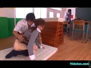 Školáčka licked a fingered ďalšie dievča satie vták v the trieda