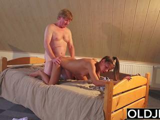 قديم و شاب الاباحية في سن المراهقة مارس الجنس بواسطة قديم رجل في كس و