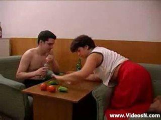 Mãe e filho takes vários drinks