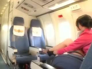 Kaakit-akit air hostess gets sariwa tamud aboard
