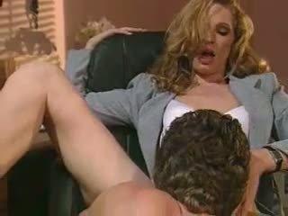 Kåt sekretær hannah jegær slurps en lang stiff kuk som en monster noodle