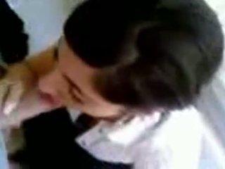 Τούρκικο κορίτσι με Καυτά βυζιά giving κεφάλι