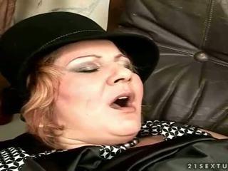 Oma gets gefickt auf die couch