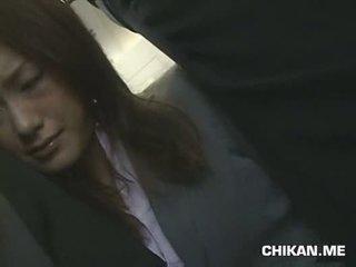 Businessgirl متلمس بواسطة stranger في ل crowded قطار