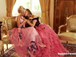 Hailee a mya blondýnka a ryšavý lesbička holky líbání a svlékání