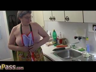 Oma masturbate harig poesje gebruik dildo en cucumb