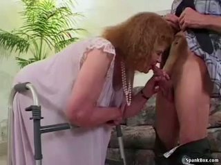 奶奶 loses 她的 牙齿 而 吸吮