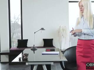Kuuma blondi jessie volt bends yli at the toimisto varten a kasvohoito