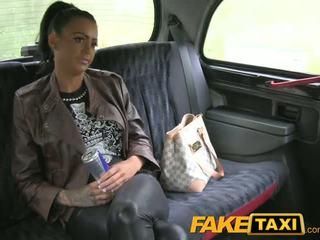 Faketaxi tattooed hottie geneukt op taxi achterbank