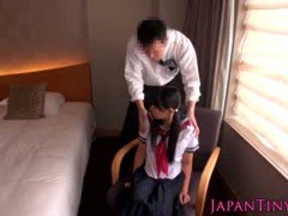 Μικροσκοπικός ιαπωνικό κορίτσι του σχολείου πατήσαμε με επιχείρηση άνθρωπος