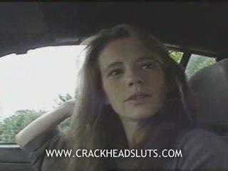 Insane crackhead публичен духане в а кола