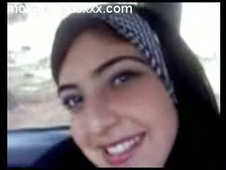 Dễ thương arabian thiếu niên chương trình tits trong xe hơi