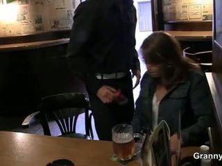 Starý fena picked nahoru v the bar a screwed