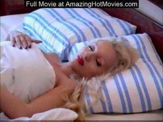 Tettona rasata bionda goddess dormire nudo allargamento lungo le