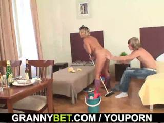 Limpiando madura mujer rides su duro meat