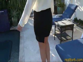 Flirty todellinen estate agent fucks hänen asiakas kohteeseen tehdä the myynti