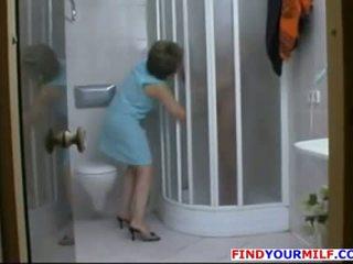 Matura sgualdrina sedurre younger uomo in il doccia