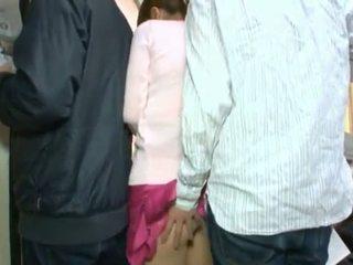 Söpö korealainen teenager having hänen ruskea silmä ja coochie touched sisään crowded bussi