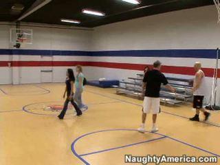 セクシー ブルネット 女性 遊ぶ バスケットボール と sucks guys 上の 裁判所