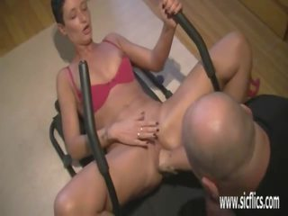 Fisting his wifes huge burungpun while she worksout: porno bd