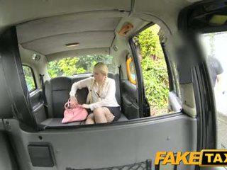 Fake taxi rubia likes más viejo men en taxi