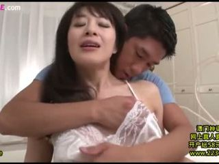 Mother-in-law fucked lược qua con trai 8