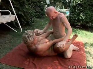 Krūtinga močiutė enjoying sunkus seksas lauke
