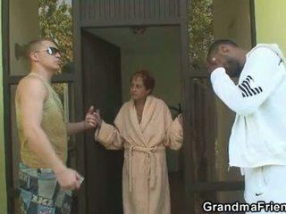 Antara kaum bertiga pesta seks berkumpulan dengan nenek