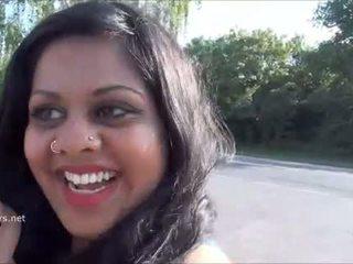 Indiano amatoriale bella e grassa (bbw) kikis pubblico flashing e outdo