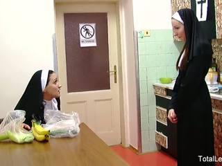 いたずらな nuns 遊ぶ とともに 食べ物 & 各 その他