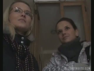 Two момичета picked нагоре на на улица за секс