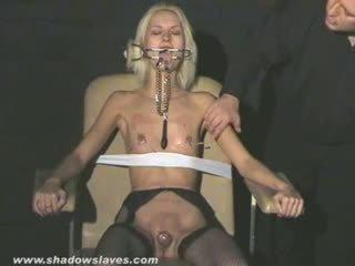 Extrême aiguille torture et hardcore bdsm de blonde slavegirl
