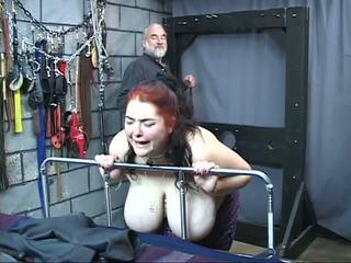 Thick stor tit kinky slave jente er whipped og misbrukt i den sex grotte
