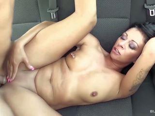 Bums bus - vies duits seks in de achterbank van de auto