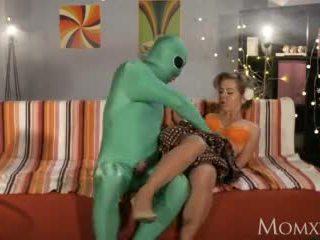 موم lonely ربة البيت gets عميق مسبار من أجنبي في عيد جميع القديسين فيديو