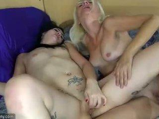 Oldnanny lesbiete pieauguša un lesbiete pusaudze ir masturbācija ar sextoy
