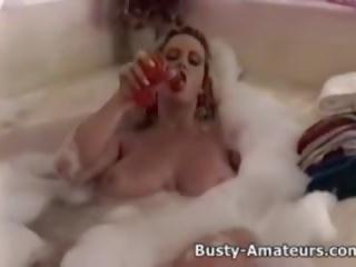 Krūtainas heather spēlē viņai vāvere par bathtub: bezmaksas porno 5a
