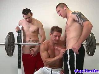 Muscle jock a foder jovens depilados em ginásio
