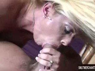 Великий boobed матуся rides пеніс