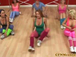 Wanita berpakaian dan lelaki bogel/ cfnm femdoms goncang zakar zakar/batang di aerobics