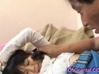 Szűk fiatal ázsiai diáklány