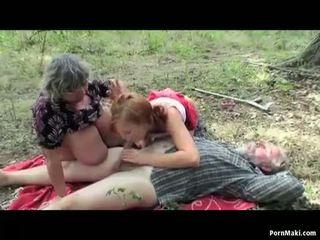 Veliko oprsje babi having fun v the gozd