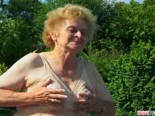 ישן יותר, סבתא 'לה, בחוץ