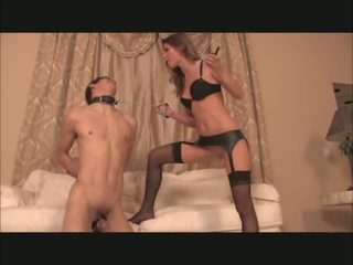 Vrouwelijke dominantie plays met electro cages slaaf, porno 0a