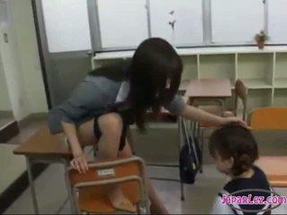Schulmädchen drawing teachers muschi getting sie zunge sucked im die klassenzimmer